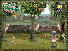 Баранчик Шон собирает фрукты
